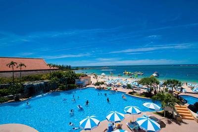 沖縄家族旅行 リザンシー 「屋外プール 」