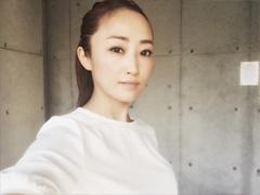40代・神崎恵さんのラフなまとめ髪03
